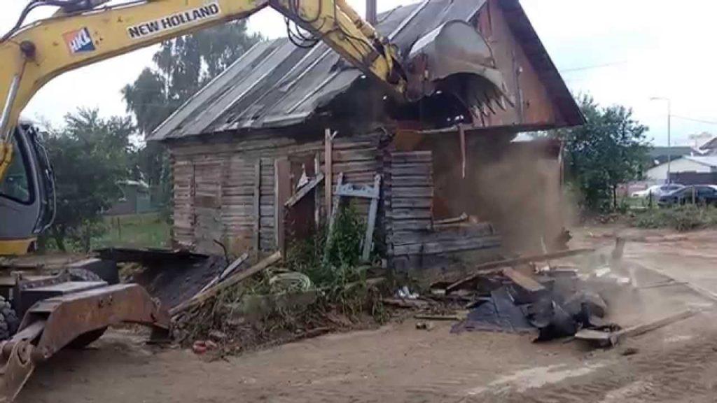Демонтаж старого деревянного дома